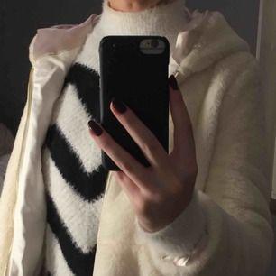 En vit pälsjacka perfekt att ha på hösten och våren eventuellt vintern. Skulle säga att det är en xs även fast hon jag köpte den från (en butik i london) sa att det var en S.