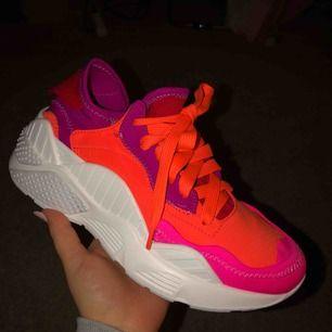 Skitballa skor från Jeffrey Campbell, säljs pga fel storlek Skorna är aldrig använda och helt nya🥰Frakt tillkommer. Nypris är 2200kr, och säljer för 1000kr (+frakt), priset går att diskutera och kan skicka fler bilder om det önskas❤️Kom med bud