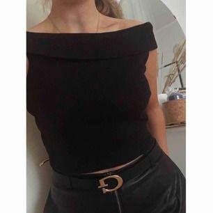 Off shoulder topp från Gina tricot, endast använd ett par gånger.  Storlek M