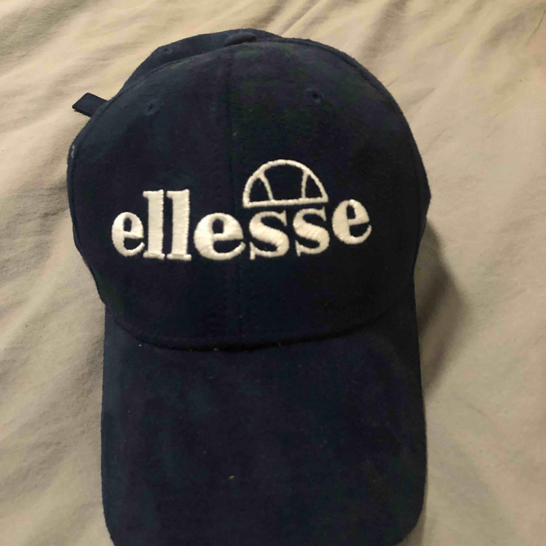 """Intressekoll på """"sammetskeps"""" från Ellessee som har använts typ 2 gånger så bra skick! Sänker pris vid snabb affär & frakt tillkommer❣️. Accessoarer."""