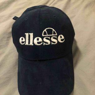 """Intressekoll på """"sammetskeps"""" från Ellessee som har använts typ 2 gånger så bra skick! Sänker pris vid snabb affär & frakt tillkommer❣️"""