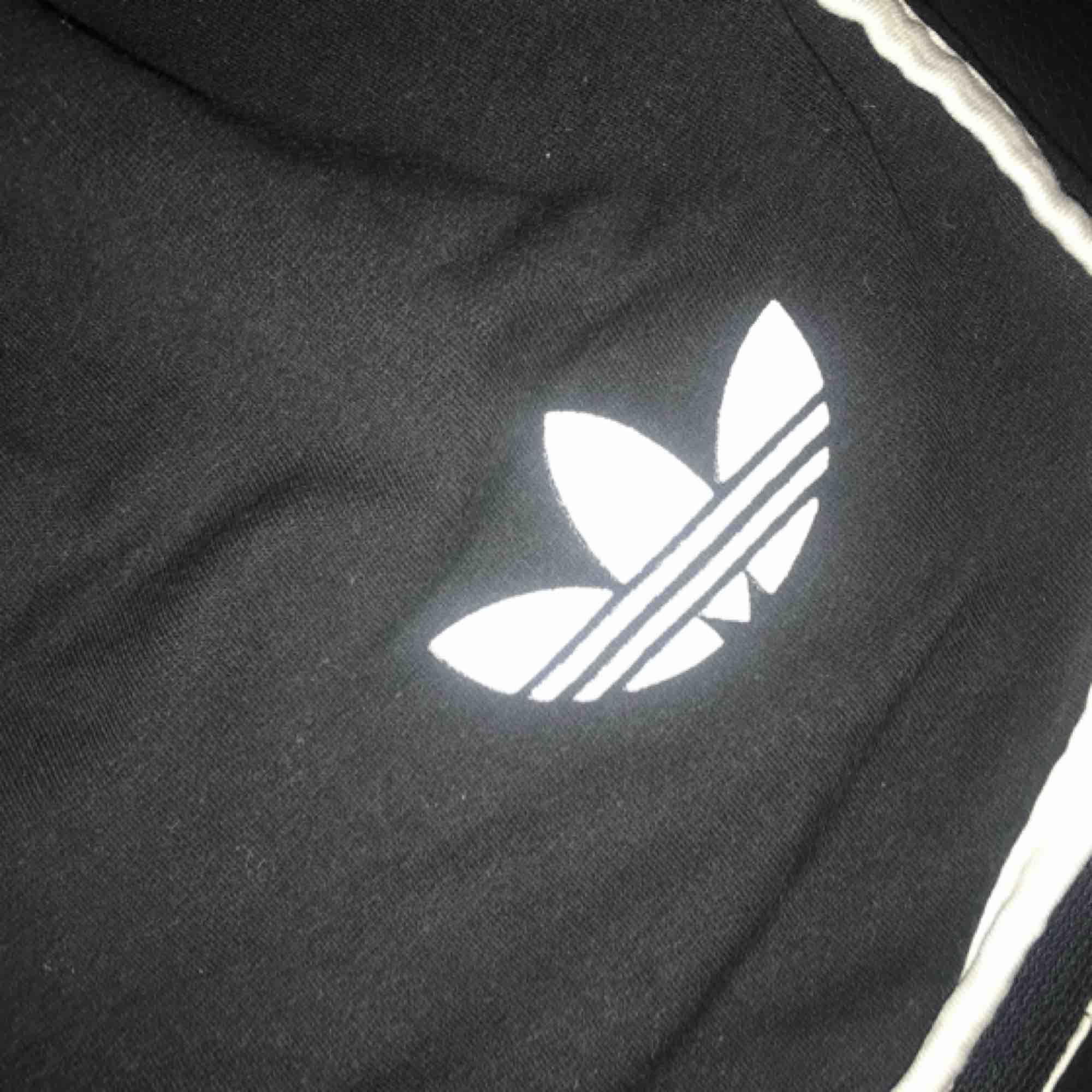 Adidas mjukis shorts i svart. Frakt ingår i priset💕. Shorts.