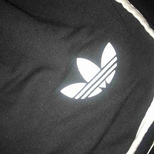 Adidas mjukis shorts i svart. Frakt ingår i priset💕