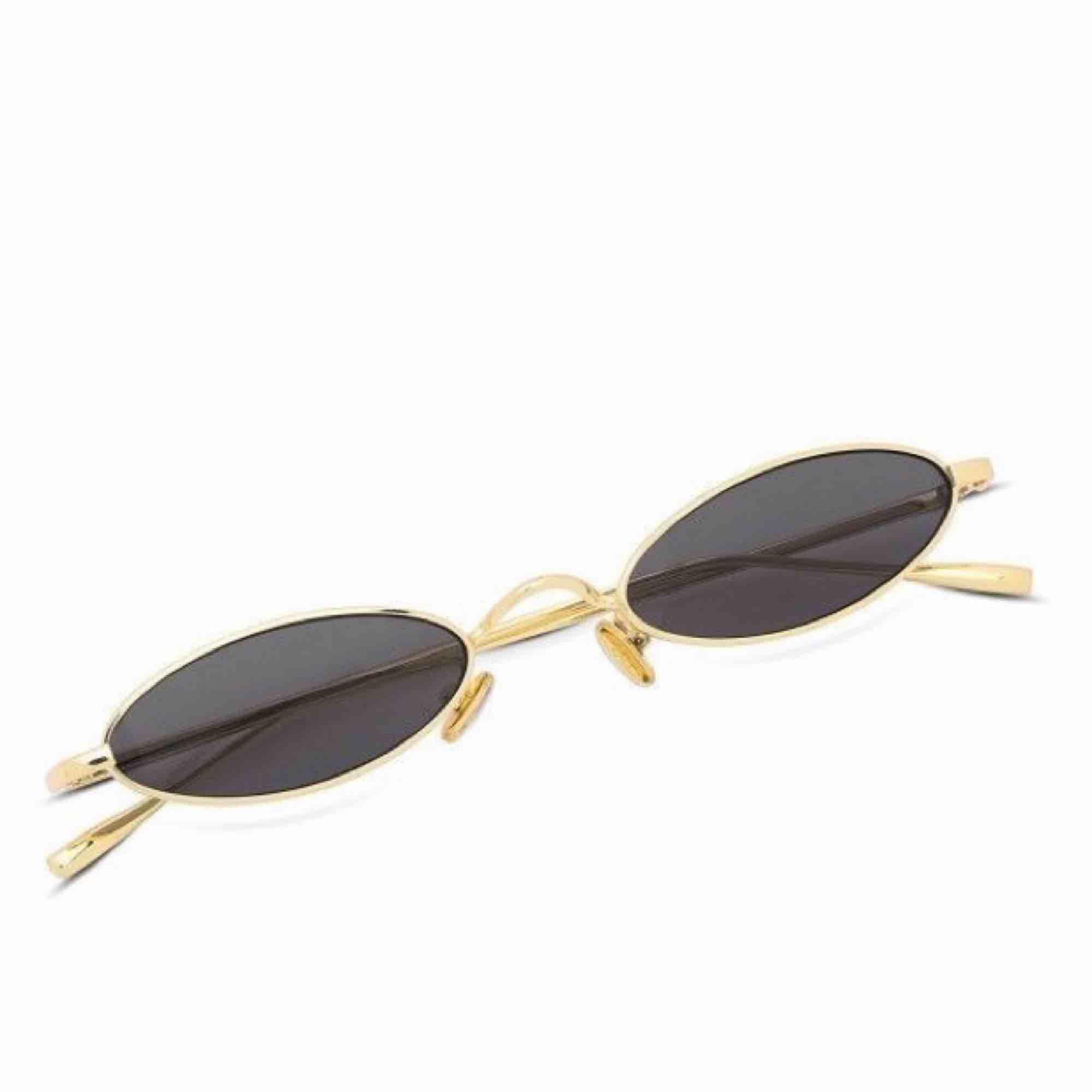 Guldiga solglasögon, köpt från Dubai och aldrig använt. Kommer i fint skick! Frakt 9kr. Accessoarer.