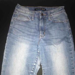 Superfina slitna jeans från Fashion Nova. Har hål på knäna och precis vid bakdelen av låret. I amerikanska storlek 3, motsvarar ungefär storlek S. Frakt ingår i priset💕