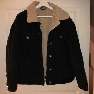 Säljer min superfina manchester jacka i svart med beiget lurv inuti. Säljer pga inte min stil, använd Max tre gånger så den är som i nyskick! Inköpt för 800kr på junkyard  (Frakt på 70kr tillkommer)