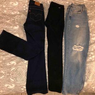 Säljer tre par jeans:    Levis mörkblåa bootcut jeans storlek 27/34, sparsamt använda,300kr    Svarta vanliga jeans från Dr denim, storlek S, aldrig  använda, 250kr    Ljusblåa mom jeans ifrån H&M i storlek 40, 150kr    TILLKOMMER 70kr FRAKT