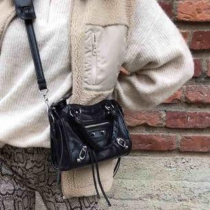 Säljer min superfina Balenciaga liknande väska, superbra kopia och är väldigt bra kvalité ☺️💫 frakt tillkommer
