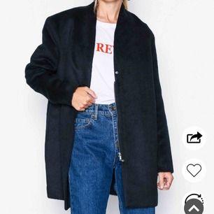 Helt ny jacka från Nelly! Säljes billigt då jag precis fått en ny och behöver plats i garderoben 🌺 helt oanvänd, bara testad! Fodrad så den är perfekt för vintern❄️☃️