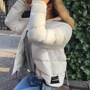 Dunjacka från Calvin Klein, funkar som sen höst-,vinter- och tidig vårjacka! Köpt detta året och sparsamt använd💓 Köpt för 3000kr på Åhlens