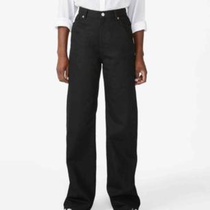 Yoko jeans från Monki i stl .29.  Svarta. Nyköpta men tvättade en gång.  Inser att jag behöver en storlek mindre. Jättefina! Kan mötas upp i sthlm, annars skickas mot att köparen betalar portot  (Bild från hemsidan pga att jag inte är hemma när jag lägger upp annonsen)