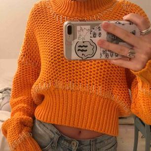 Världen snyggaste stickade tröja!!!! Har fina detaljer i vitt och tröjan är orange. Originalpris: 900kr. Ett kap verkligen! En favvotröja som inte kommit till användning.