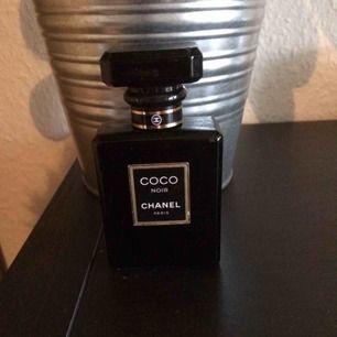 Chanel Coco Noir, ca 1/2 kvar av ursprungliga 35 ml edp. Priset är inkl frakt i postens påse 🌸