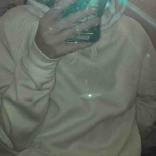 as mysig vit hoodie från bikbok köpt för 300kr! bra skick, over sized så passar s kom privat för fler bilder