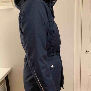 Nyskick, använd en gång köpt i år! Dottern ångrade sig! Jättefin!! Vinterjacka  Frakten står för köparen :)