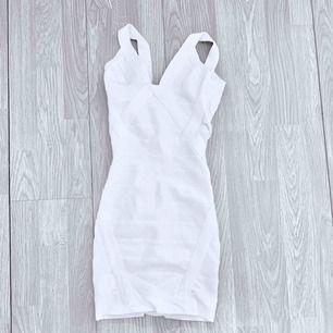 Vit Bandageklänning storlek XS. Har några småfläckar.  Möts upp i Stockholm eller fraktar.  Frakt kostar 59kr extra, postar med videobevis/bildbevis. Jag garanterar en snabb pålitlig affär!✨