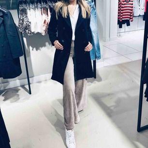 En kappa från Gina Tricot som inte längre kommer till användning då den är för stor! 💜 Pris kan diskuteras. Möts ENDAST upp i Stockholm. Köparen står för frakten. Nypris:800kr