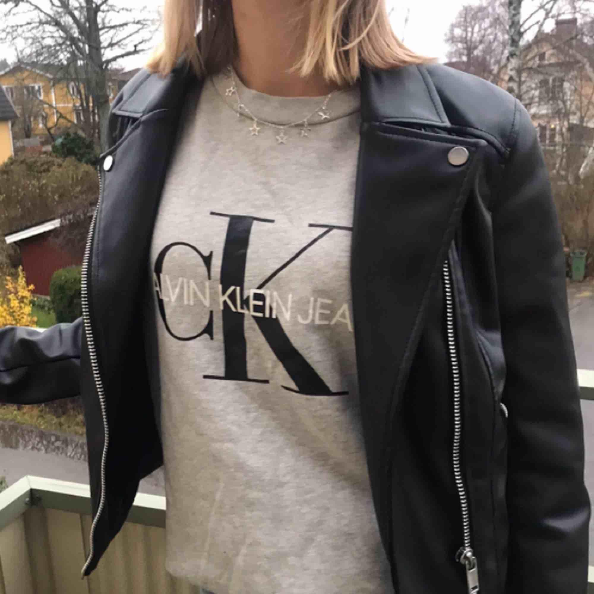 Calvin Klein  sweatshirt🥰 knappt använd och är i superbra skick!! passar perfekt nu till hösten då den är väldigt skön och varm!!💕✨ passar både XS och S!!!😊. Huvtröjor & Träningströjor.