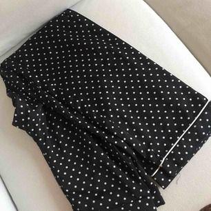 Sjukt fina pyjamas byxor i storlek xs som tyvärr blivit lite korta för mig😬 passar lika bra till vardags som till pyjamas!