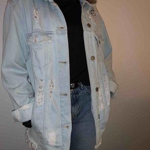 Jeansjacka med slitningar från H&M. Skit cool men har inte kommit till användning. Storlek s men modellen är lite oversized.