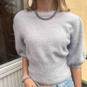 Jättefin ljuslila tröja från zara, väldigt fluffig och populär! perfekt nu nör man inte kan ha vanliga t shirts nu på vinter!☺️🥰 Världens skönaste material💕💕✨✨