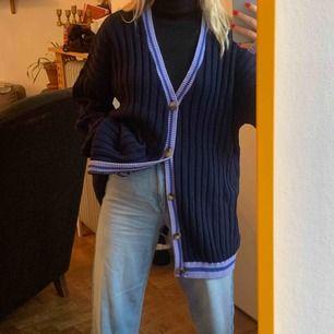 Marinblå cardigan med lila detaljer, köpt på Asos herravdelning. Frakt 59kr. Använd en gång