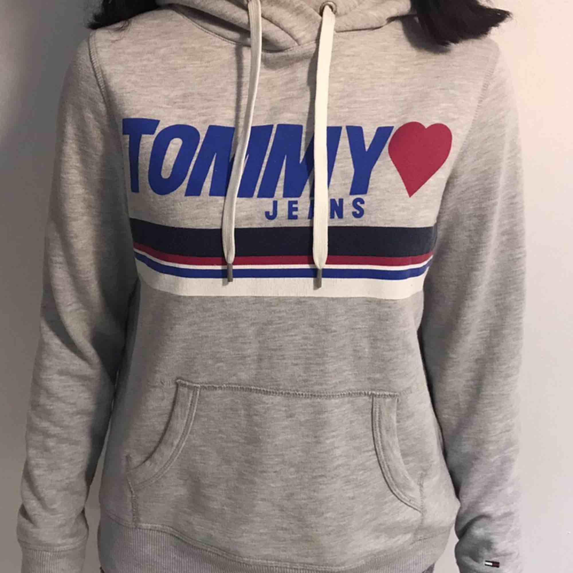 Tommy Hilfiger hoodie , säljer för att jag redan har en liknande ❤️ Köparen står för frakt! Inga hål eller fläckar.. Huvtröjor & Träningströjor.