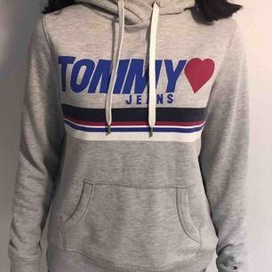 Tommy Hilfiger hoodie , säljer för att jag redan har en liknande ❤️ Köparen står för frakt! Inga hål eller fläckar.