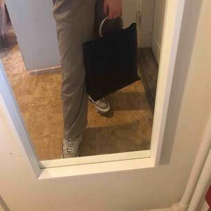 Mattsvart Carin Wester väska med silver handtag, långt band medföljer, helt oanvänd, 200kr+frakt