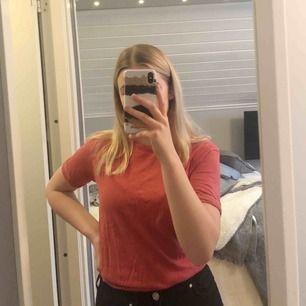 Fin röd-rosa T-shirt i väldigt fint skick då den bara använts ett fåtal gånger. Luftig och skön!😇