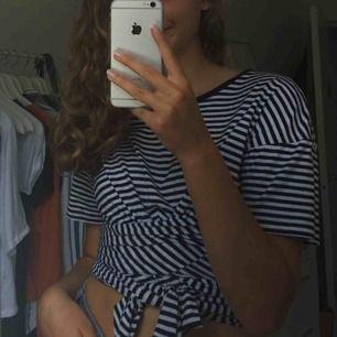 Croptop med knyte från Zara. Blå och vit randig.