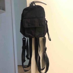 Liten ryggsäck från Adidas! Många fack, hel och ren. Knappt använd! Pris inkl. Frakt!