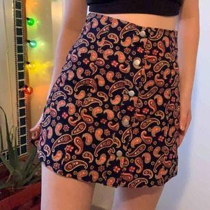 Snygg kjol med knappar. Märket är oklart då jag fick den. Aldrig använd och prislappen sitter kvar. Köparen betalar frakt 😇