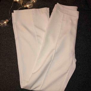 Vita vida byxor (kostym byxor) helt nya aldrig använda, då det inte är min stil riktigt.   Den har en diskret dragkedja på baksidan. Kunden står för frakten, ingen retur 💕💕