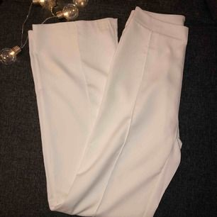 Vita vida byxor (kostym byxor) helt nya aldrig använda.   Den har en diskret dragkedja på baksidan. Kunden står för frakten, ingen retur 💕💕