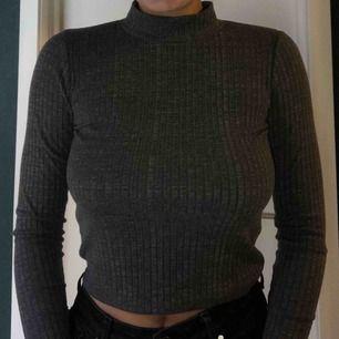 Mörkgrå ribbad tröja/polo
