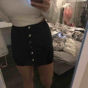 Jättefin hög kjol som knäpps med knappar i mocka? material. Markerar midjan fint. Jättefin till höst/vinter med en stickad tröja  Knappt använd, från h&m storlek 34