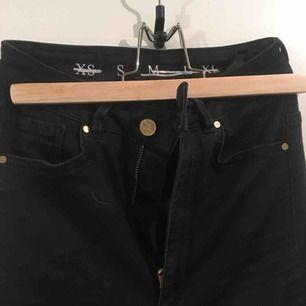 Super skinny super stretchiga jeans. Väldigt höga i midjan och super sköna. Gott skick