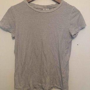 Säljer denna svart-vit randiga t-shirten 🤗 Jättefin, använd men i fint skick