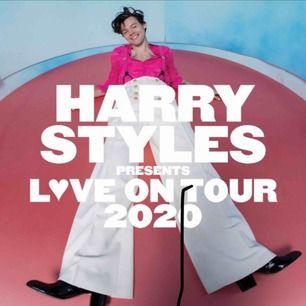 Har 3 sittplatser till Harry Styles den 4 maj 2020 i Royal Arena Köpenhamn.   Jag köpte 3 biljetter på pre-sale men vill heller ha ståplats. Vill se intresset på köpare innan jag bestämmer mig för att köpa de andra biljetterna.  Pris: 900kr/ st