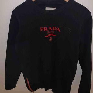 Prada replika tröja köpt för ett år sedan inte så använd och är i bra skick