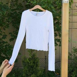 Vit basic tröja med krusiga sömmar i nyskick. Säljs då den är liten i storleken för mig.