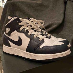 Säljer mina mörkblå Jordan 1's i mid modellen. De är i storlek 38,5 men jag skulle säga att det är som en 38. Använda enstaka gånger. Sällsynta!!