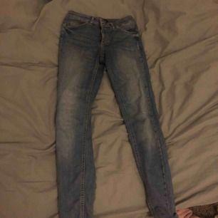 Skinny Jeans ifrån Pieces i storlek S lite korta i modellen Passar mig som är XS/S   Har en liten slitning (ska vara så) på vänstra knät