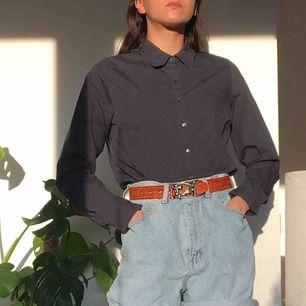 Mörkblå skjorta. Superskön på sommaren då den är tunn, luftig och stretchig.  (っ◔◡◔)っ MÅTT: Byst: 51cm Längd: 66,5cm Ärm: 62cm