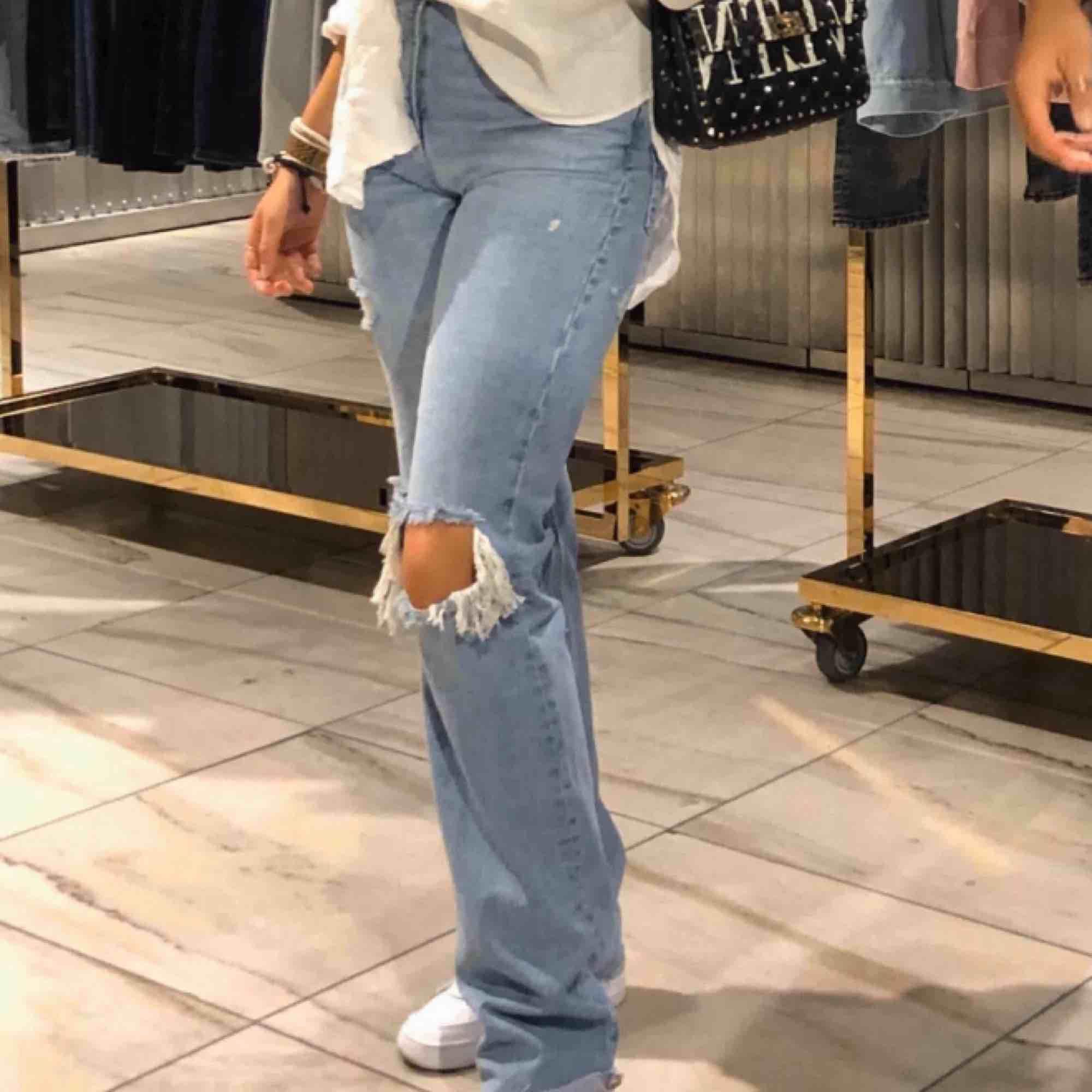 Säljer mina sjukt snygga och populära zara jeans som är slutsålda överallt!💞 helt nya med prislapp kvar då jag beställde hem dubbla! Buda på☺️ köparen står för frakten. ❗️SÅLDA❗️. Jeans & Byxor.