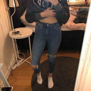 Sjukt snygga och nästintill oanvända typ boyfriend byxor ifrån Gina Tricot. Säljer dem då de är på tok för kort för mig (är 171 cm).
