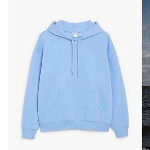 Säljer denna jätte fina blåa hoodie från monki i storlek xs (oversized så snarare s) den är så mjuk innuti🙏🏻 säljer den åt en kompis, den är helt SLUTSÅLD på hemsidan!!