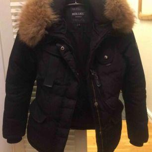Fin hollies jacka som jag använt 1 vinter Säljer den pågrund av att den är för stor då jag är väldigt liten Skicket är begagnad men inget märkbart Fler bilder finns Kan även fraktats som köparen då står för