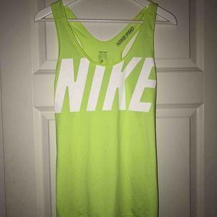 Nike PRO tränningslinne i storlek L.